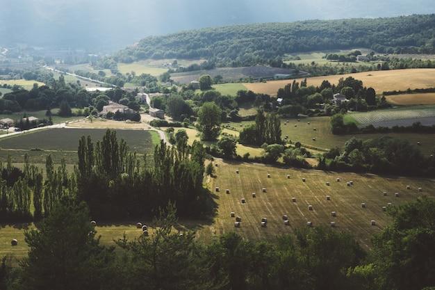Paisaje aéreo de un hermoso pueblo con árboles y tierras bajas.