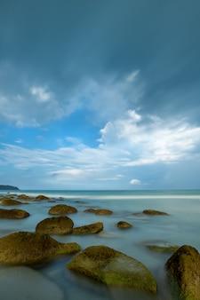 Paisaje de agua con nubes en el horizonte