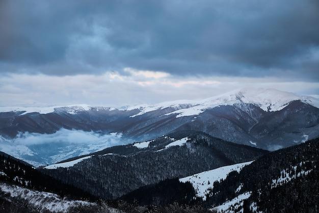 Paisaje de amanecer de invierno en montañas nevadas