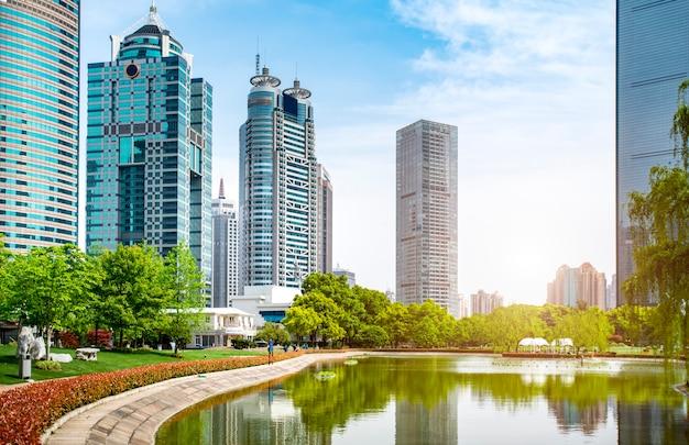 Paisaje arquitectónico y calle urbana del edificio de oficinas lujiazui en shanghai