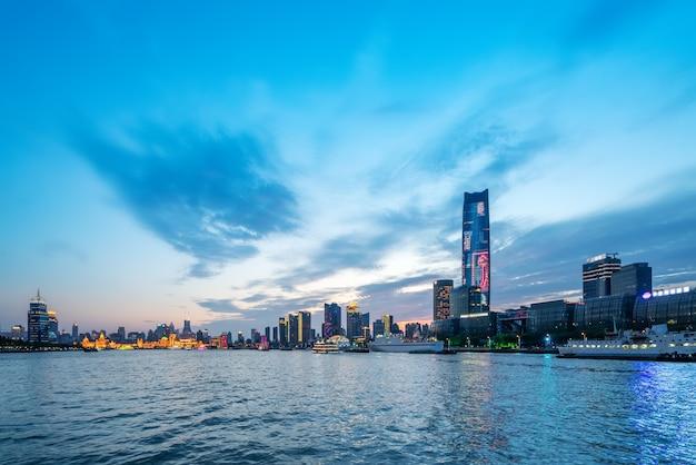 Paisaje arquitectónico urbano nocturno en shanghai