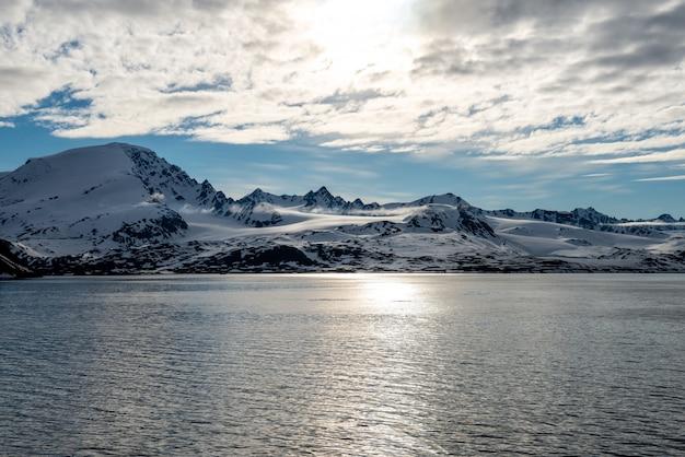 Paisaje ártico con hermosa iluminación en svalbard