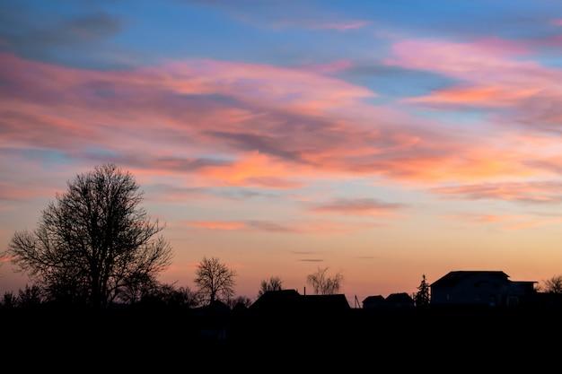 Paisaje, atardecer o amanecer, el cielo cubierto de pintorescas nubes
