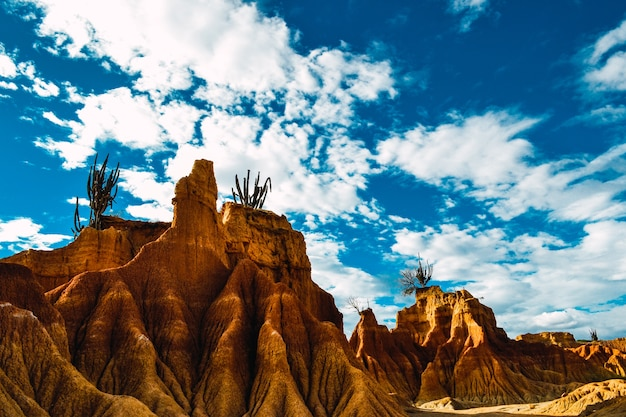 Paisaje de badlands. montañas y cielo nublado. desierto de la tatacoa en colombia