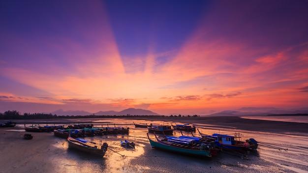 Paisaje de la bahía de bangben en ranong, tailandia