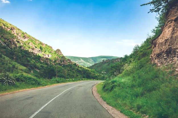 Paisaje con camino en las montañas