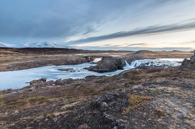 Paisaje de cascadas y ríos en tierras islandesas.