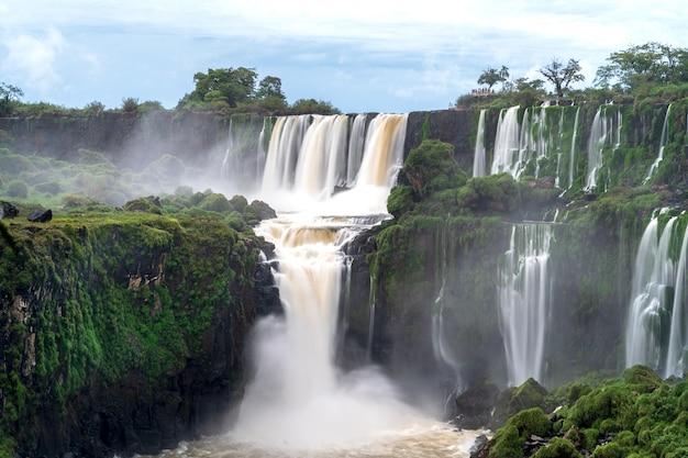 Paisaje con las cataratas de iguazú en argentina, una de las cascadas más grandes del mundo.