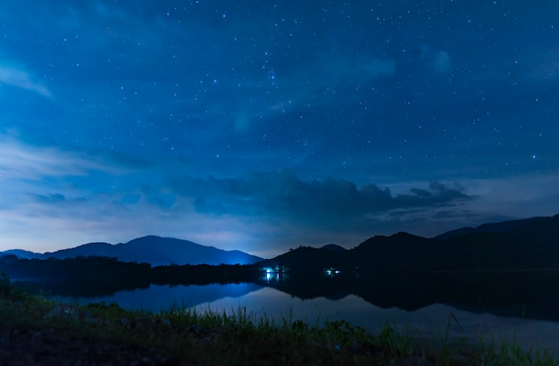 Paisaje de cielo nocturno sobre el lago.