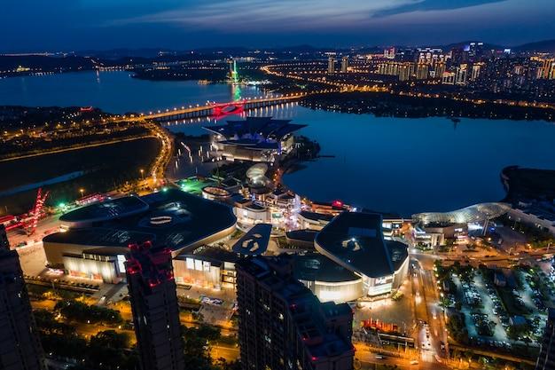 Paisaje de la ciudad y el flujo de tráfico en el parque industrial de wuxi por la noche