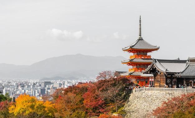 Paisaje de la ciudad de kyoto japón en otoño