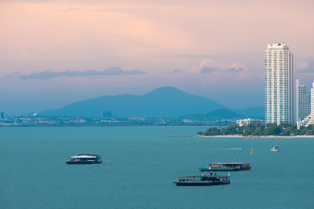 Paisaje de la ciudad de pattaya hermosa vista a la bahía.