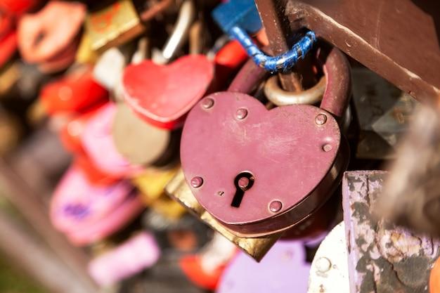 Paisaje de la ciudad puente de metal con muchas cerraduras coloridas. tradiciones de boda