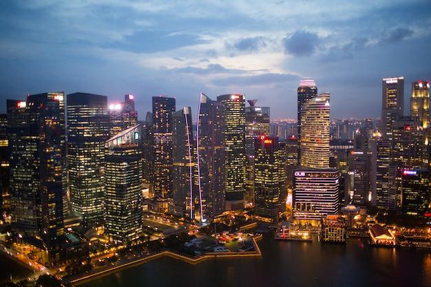 Paisaje de la ciudad de singapur, rascacielos nocturnos y bahía
