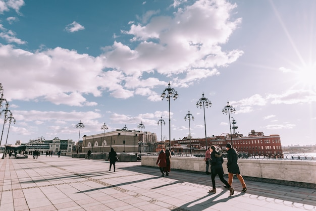 Paisaje de la ciudad con vistas al kremlin de moscú y reflexiones en las aguas del río moskva.