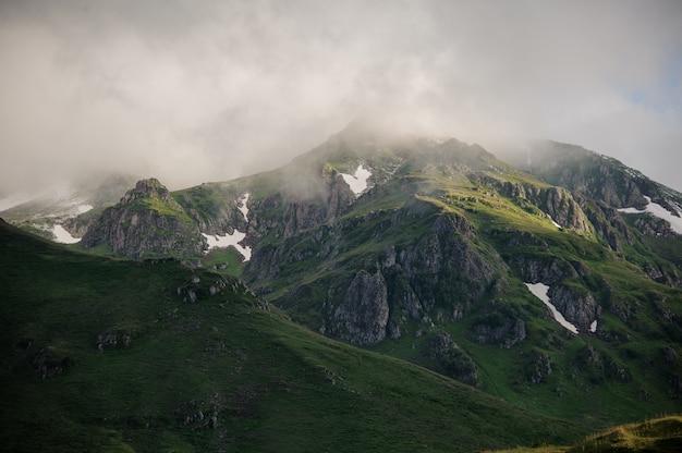 Paisaje de las colinas y el cielo nublado