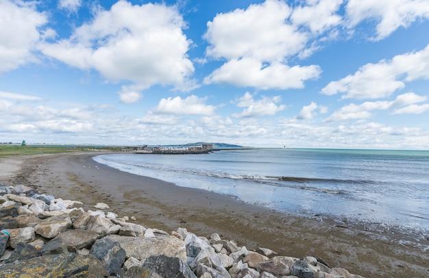 Paisaje de la costa de la bahía de dublín