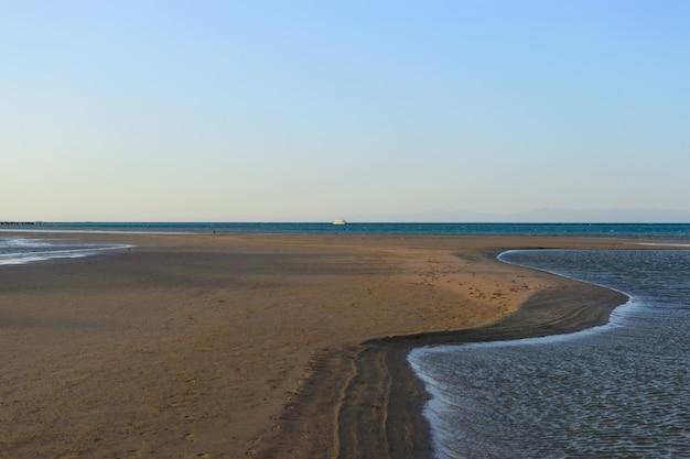 Paisaje costa del mar reflujo