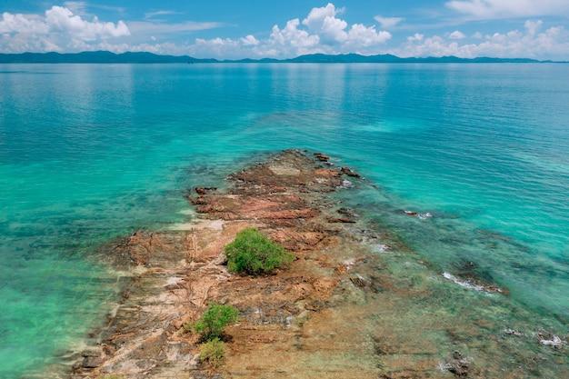 Paisaje costero, cálido océano índico, en el que se pueden ver montañas. viaja a países cálidos. belleza y placer. sonido de las olas. naturaleza del mar. costa transparente paisaje.