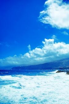Paisaje costero en un día soleado