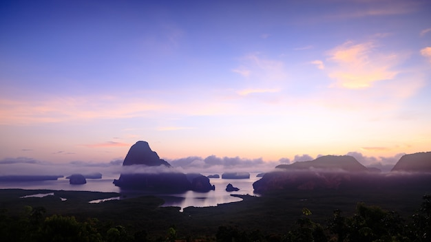 Paisaje crepuscular en la luz del sol de la mañana increíble mirador hermoso de la bahía de phang nga desde la piedra caliza de samed nang chee, provincia de phang nga, tailandia