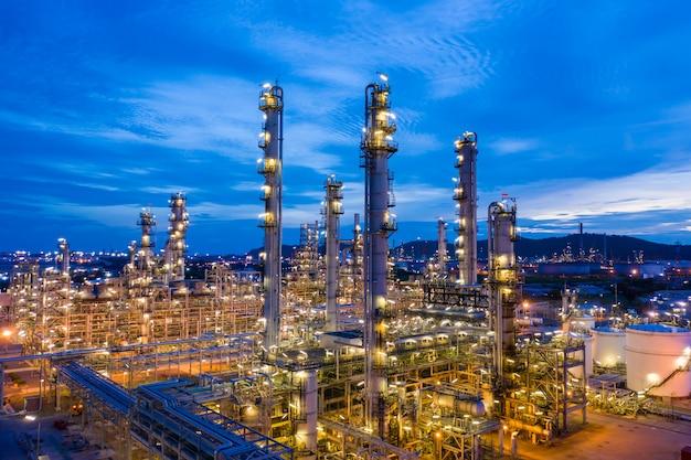 Paisaje crepuscular refinería de petróleo y gas en la noche vista aérea