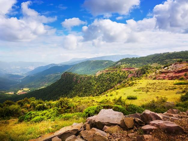 Paisaje de las montañas de los pirineos en verano