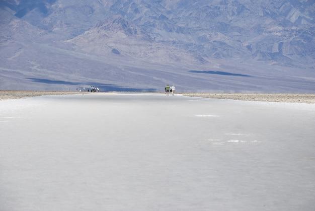 Paisaje desértico árido lago salado en badwater basin, parque nacional valle de la muerte