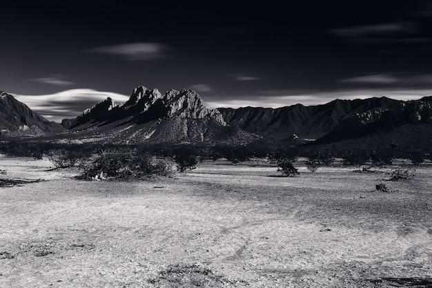 Paisaje en escala de grises con montañas