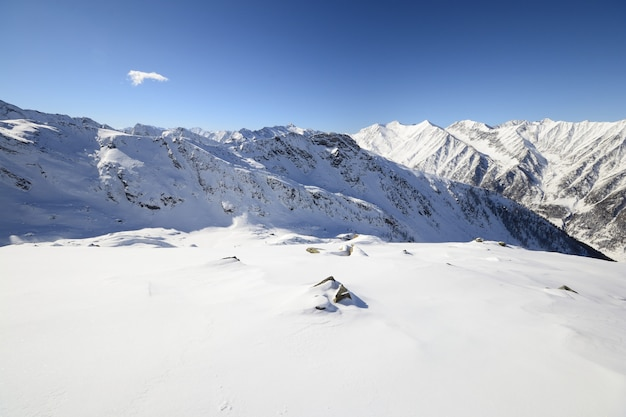 Paisaje escénico de invierno en los alpes italianos con nieve.