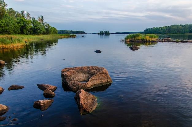 Paisaje finlandés en el lago