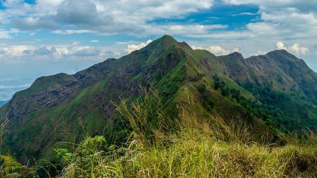 Paisaje de gama de pico de montaña. rk