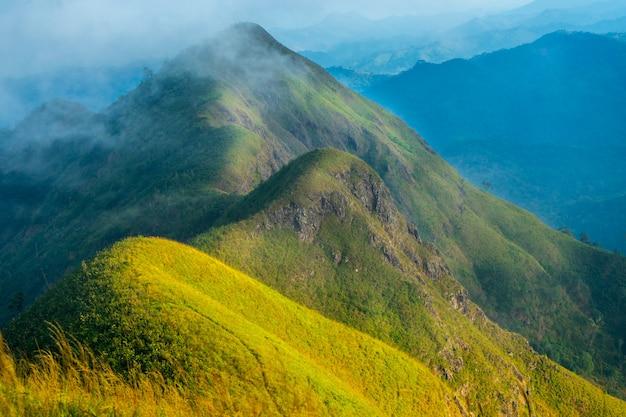 Paisaje de gama de pico de montaña.