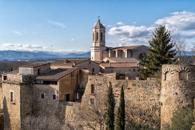 Paisaje de girona con la catedral de girona. cataluña, españa