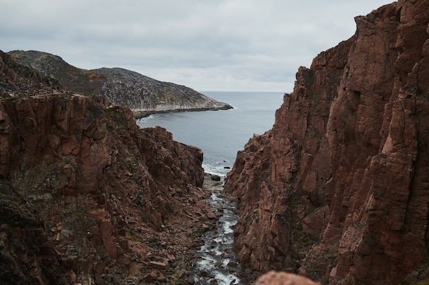 El paisaje hermoso del día de verano abandonó la defensa costera del artnature teriberka del norte, opinión del mar de barents.