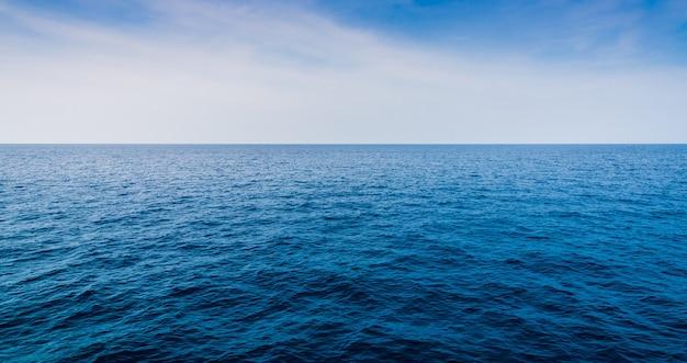 Paisaje hermoso del mar con el cielo azul y las nubes minúsculas el día soleado, tailandia.