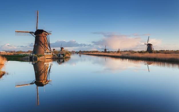 Paisaje con hermosos molinos de viento holandeses tradicionales al amanecer