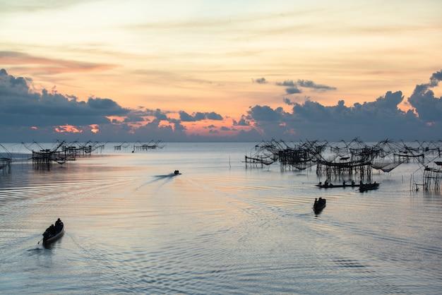Paisaje hito de la vida del pescador tailandés rural
