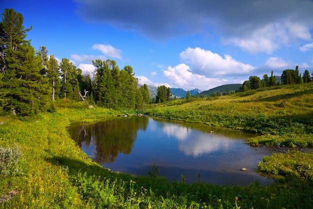 Paisaje horizontal con el lago de las montañas