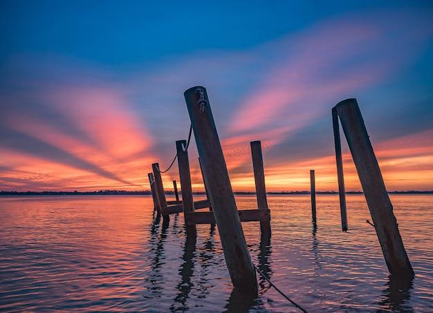 Paisaje de una impresionante puesta de sol en la playa del este de florida