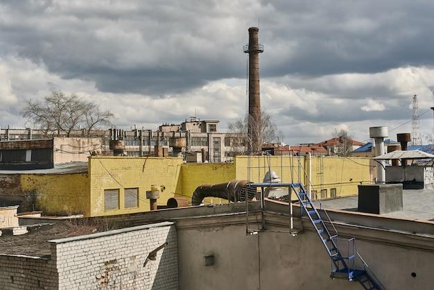 Paisaje industrial. planta de fábrica con paredes y tubería amarillas.