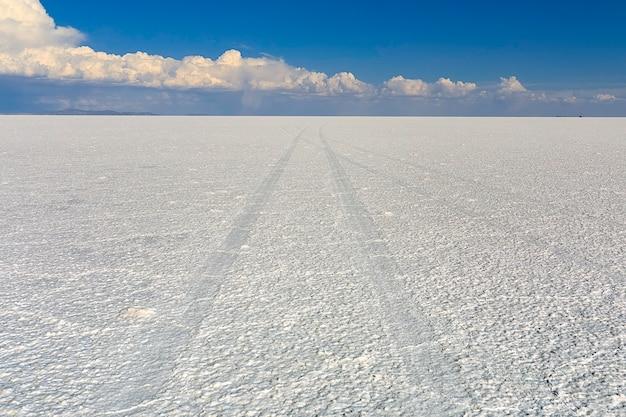 Paisaje interminable de sal del salar de uyuni en potosí, bolivia