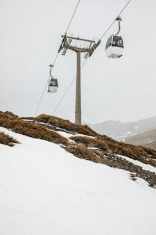 Paisaje invernal con teleféricos.