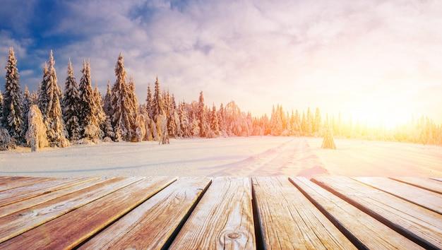 Paisaje de invierno y mesa en mal estado en una puesta de sol. montes cárpatos, ucrania