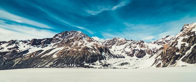 Paisaje de invierno de la montaña de nieve.