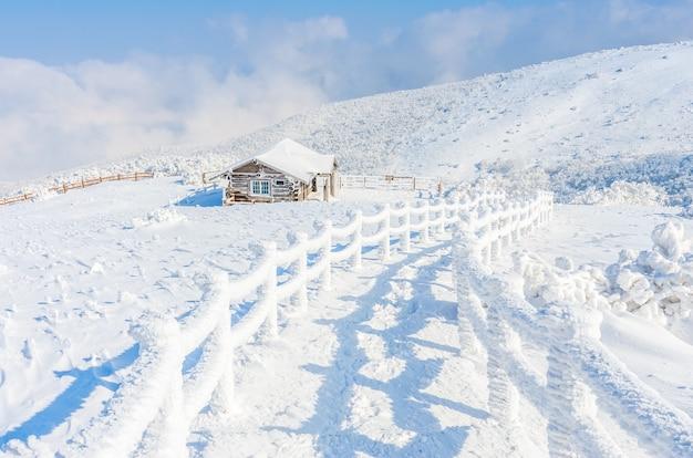 Paisaje de invierno en las montañas con nieve que cae en seúl