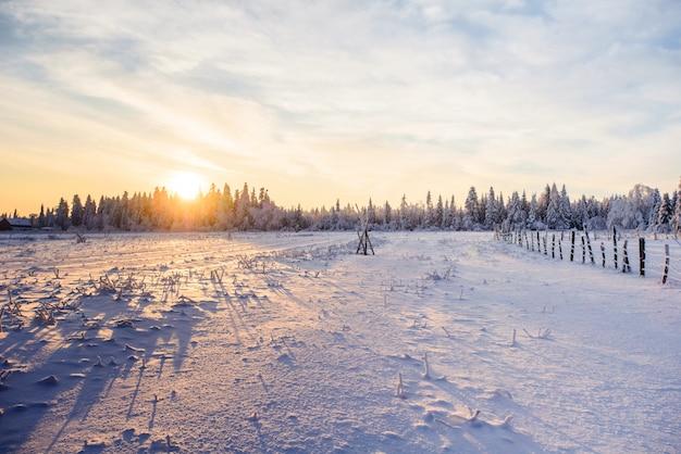 Paisaje de invierno pueblo de montaña