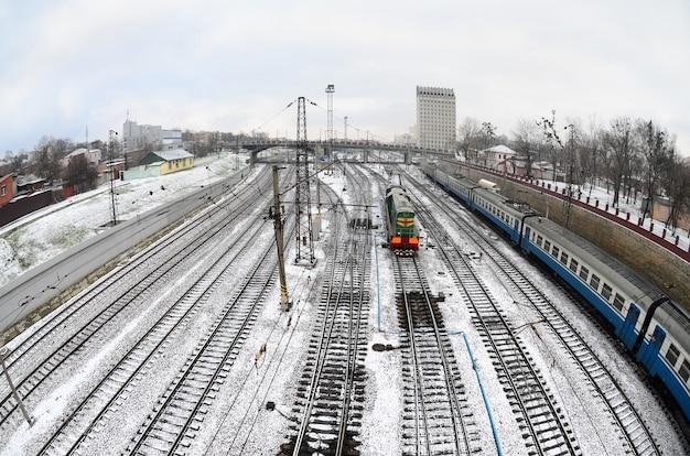 Paisaje de kharkiv con vías férreas cerca de la estación sur. foto de ojo de pez con distorsión artística.