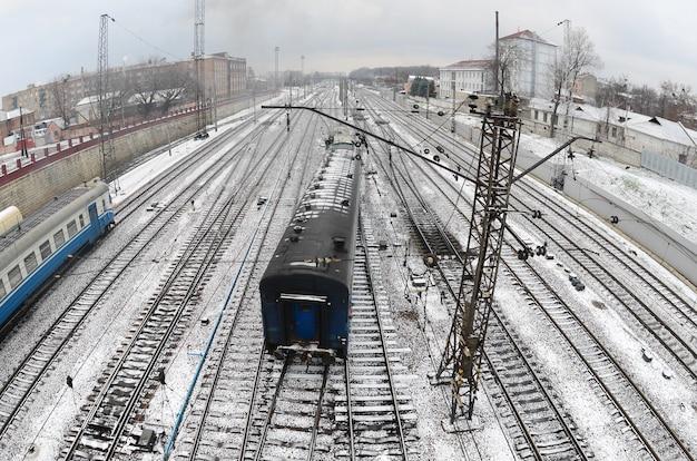 Paisaje de kharkiv con vías férreas cerca de la estación de tren sur