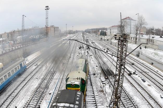 Paisaje de kharkiv con vías férreas.